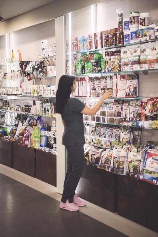 e63714e14fc9d W poczekalni znajduje się sklep z bogatym, starannie wyselekcjonowanym  wyposażeniem w karmy, suplementy i akcesoria dla zwierząt.
